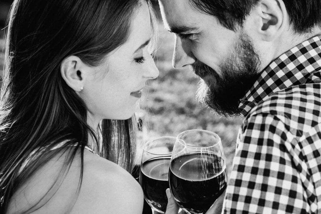 Coppia con bicchieri di vino