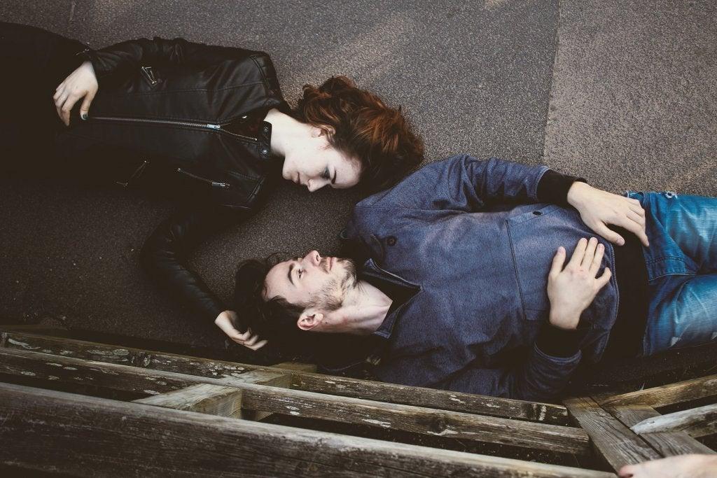 Coppia distesa sul pavimento uomini e donne