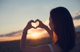 Donna che fa cuore con le mani prendersi cura di se