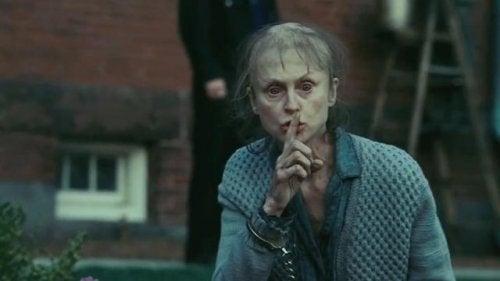 Donna che fa gesto di stare zitti