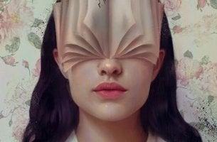 Donna con libro in faccia