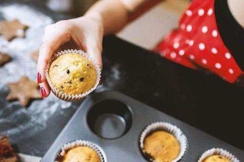 Donna che prepara dei muffin