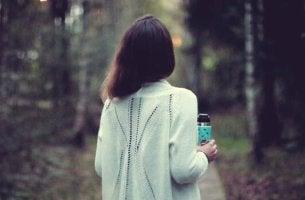 Donna di spalle nel bosco