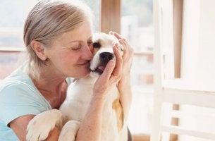 Donna con un cane