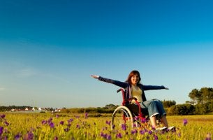 Donna in sedia a rotelle all'aria aperta diversa abilità