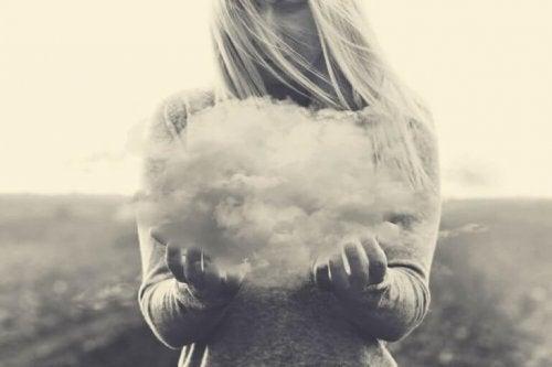 Donna che tiene in mano una nuvola