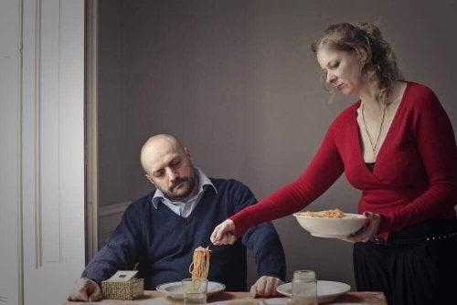 Donna che serve il pasto a suo marito