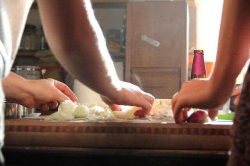 Due persone che praticano la cucina terapeutica