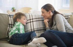 Madre che parla col suo bambino migliorare la comunicazione fra genitori e figli