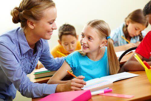 Maestra che aiuta la sua alunna favorendo l'inclusione