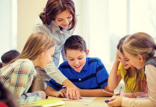 Maestra felice con i suoi alunni, favoriti dall'inclusione