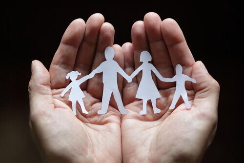 Mani con famiglia di carta
