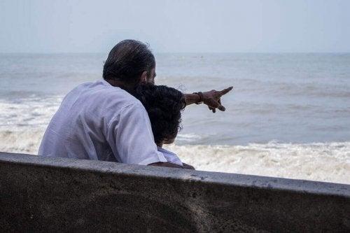 Nonno che rende suo nipote partecipe della memoria collettiva