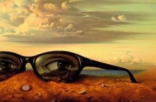 Occhiali che osservano la conoscenza sociale