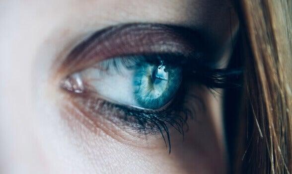 Occhio azzurro triste