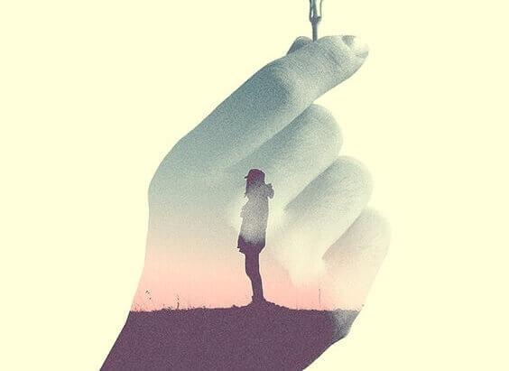 Persona dentro una mano