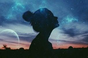Profilo donna nel cielo stellato