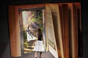 Ragazza che apre un libro che rappresenta il viaggio dell'eroe