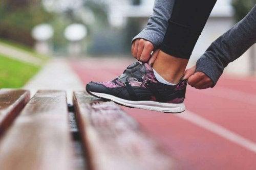 Ragazza che si mette delle scarpe da ginnastica