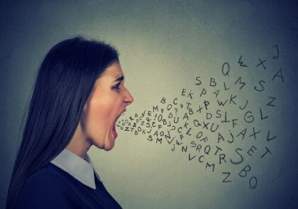 Ragazza che urla lettere