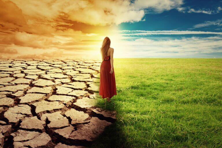 Ragazza tra deserto e campo verde andare o restare