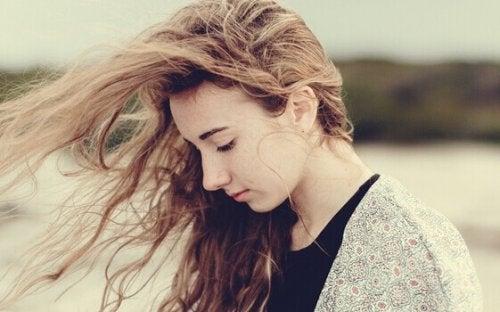 Ragazza troppo sensibile coi capelli al vento