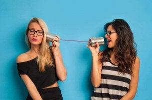 Ragazze che giocano col telefono senza fili persone pettegole
