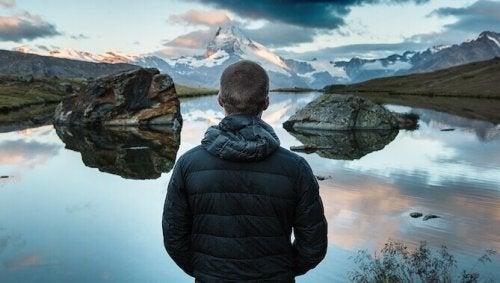 Ragazzo davanti ad un lago come simbolo dell'arte di stare bene con sé stessi