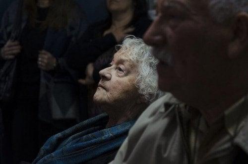 Signora anziana che guarda in alto