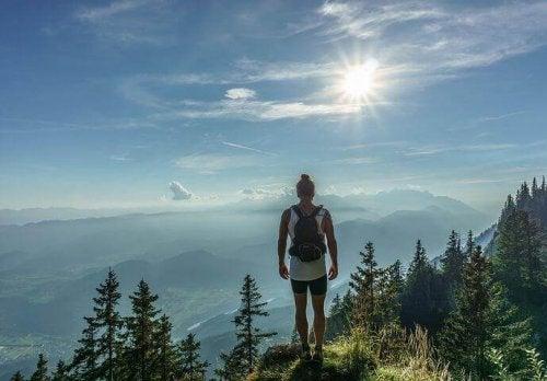 Uomo in montagna che rappresenta l'archetipo del viaggio