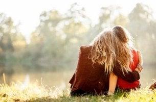 Amiche abbracciate amicizia vera