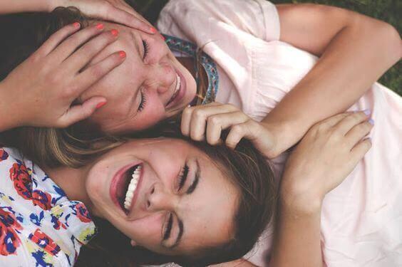Amiche adolescenti ridono