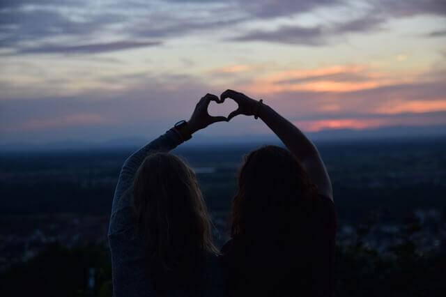 Amiche cuore con le mani amicizia e amore