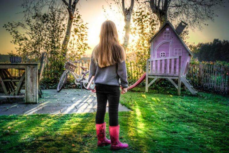 Bambina gioca immaginando il viaggio dell'eroe