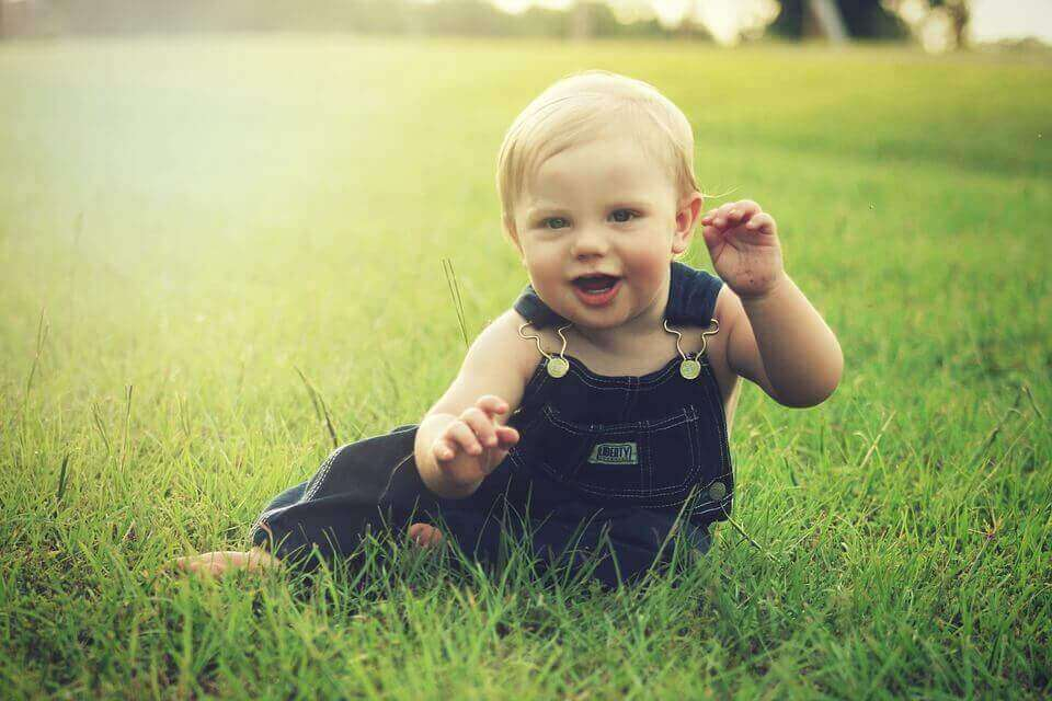 Bebé gioca sull'erba