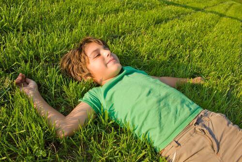 Bambino disteso sull'erba