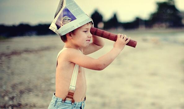 Bimbo con binocolo crescere figli indipendenti