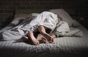 Coppia a letto sexsomnia