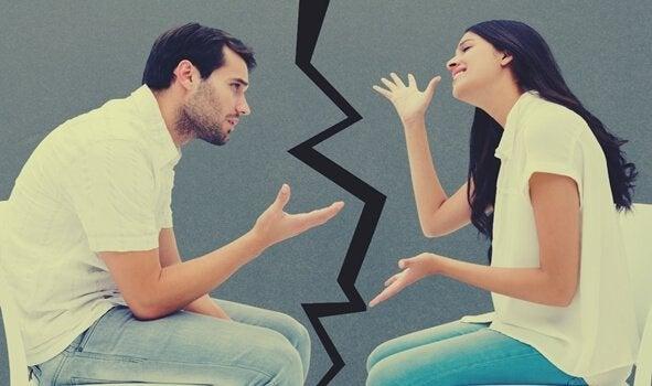 Coppia che discute come difendersi dagli attacchi