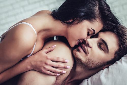 Coppia si bacia a letto