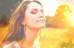 Donna a occhi chiusi illuminata la persona più bella