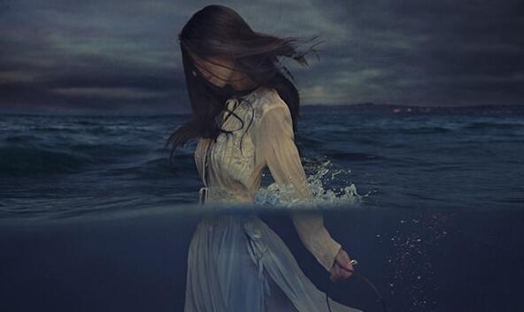 Donna cammina al mare