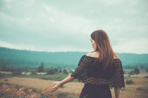 Donna in campagna autunno