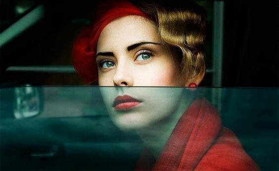 Donna vestita di rosso