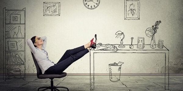 Donna perde tempo nel suo ufficio procrastinazione
