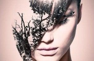 Donna con foglie nel viso