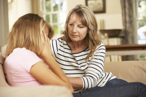 Madre che consola la figlia adolescente
