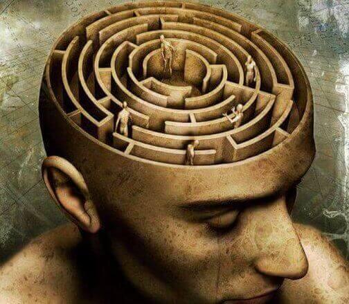 Mente di uomo a forma di labirinto