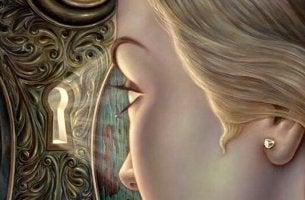 Ragazza guarda dalla serratura morbosità