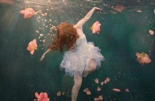 Ragazza sott'acqua